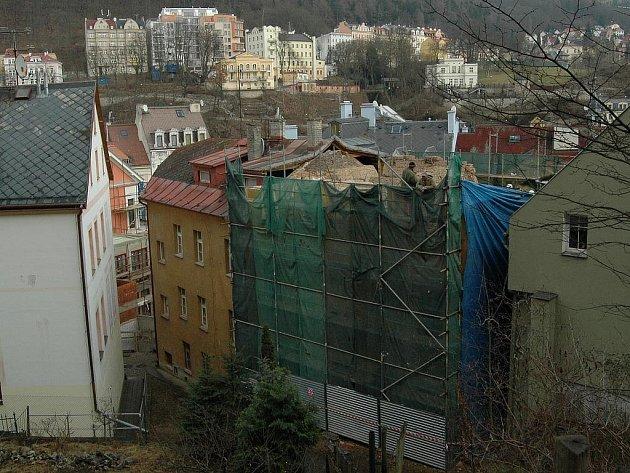 REKONSTRUKCE, NEBO DEMOLICE? Dům Saxonia na Jelením skoku už nemá střechu, zmizelo první patro i podlahy. Bez povolení. Památkáři jsou opět v šoku.
