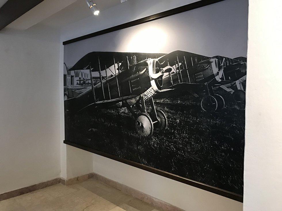Nejstarší plnohodnotné letiště v českých zemích bude mít už na jaře své muzeum. Letiště se nacházelo kousek za Chebem a ve městě také vzniká samotná expozice. Lidé si ji už brzy prohlédnou v prostorách po Galerii 4 v Kamenné ulici. Jedním z lákadel bude i