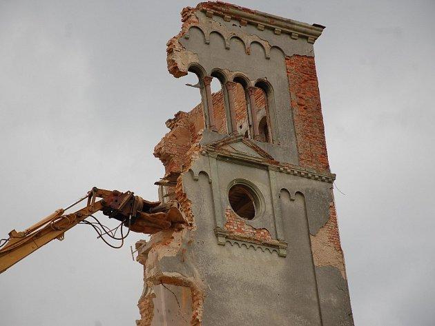 Poslední demoliční práce se v těchto dnech odehrávají v prostoru kláštera Milosrdných sester v Chebu.