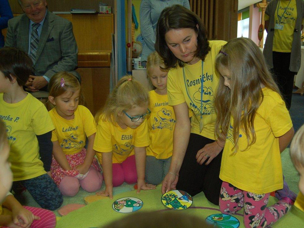 ŠKOLKA HROU. Mateřská škola Vora Mariánské Lázně otevřela Metodické centrum pro předškolní vzdělávání. Děti se v rámci projektu seznámí se spoustou zajímavých věcí. Například se naučí pracovat s interaktivní tabulí.
