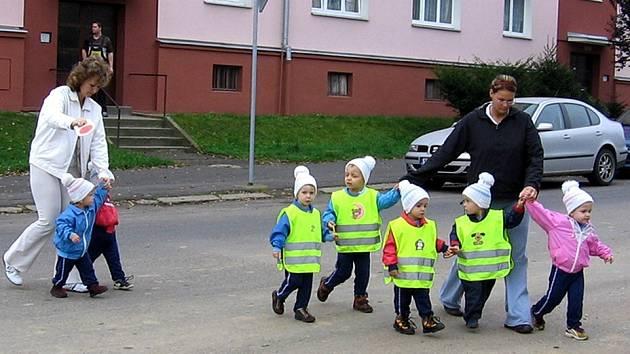 NA SILNICÍCH  BEZPEČNĚJI.  Díky reflexním vestičkám jsou  při procházkách po ulicích děti z chebských mateřských škol víc vidět.