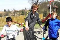 MLADÍ CYKLISTÉ Denis Nguyen, Václav Hampl a Patrik Vichr (zleva) z chebského dětského domova se zúčastní soutěže Albert Triatlon Tour.