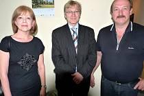 MANŽELÉ ALBERT A PETRA KUNZOVI podepsali v Tirschenreuthu (s bývalým chebským starostou Janem Svobodou) kupní smlouvu na prodej části majetku Chebu v Německu.