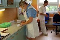 MATURANTKA PETRA ZOBLEROVÁ, budoucí zdravotnická asistentka, byla při přípravě na praktickou zkoušku naprosto klidná. Zkoušku dospělosti skládala na interně v chebské nemocnici. Jak uvedla, dokonce už má po studiích zajištěnou práci.