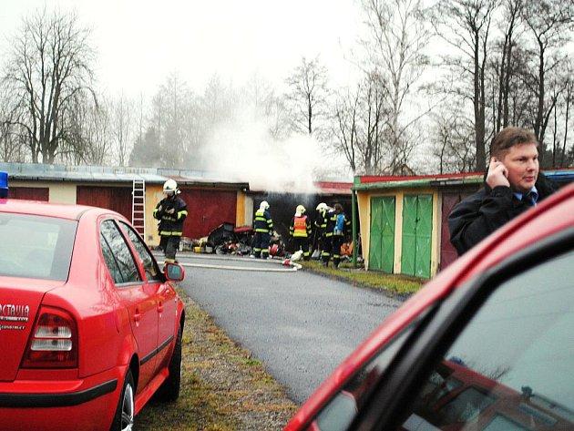 Požár garáže přivolal do práce v úterý kolem osmé hodiny ráno hasičské sbory ze Skalné a Chebu a také policisty. V garáži ve františkolázeňské Budovatelské ulici totiž našli zasahující muži mrtvé tělo.