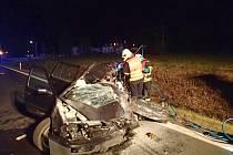 Osobní auto po srážce s náklaďákem u Františkových Lázní.