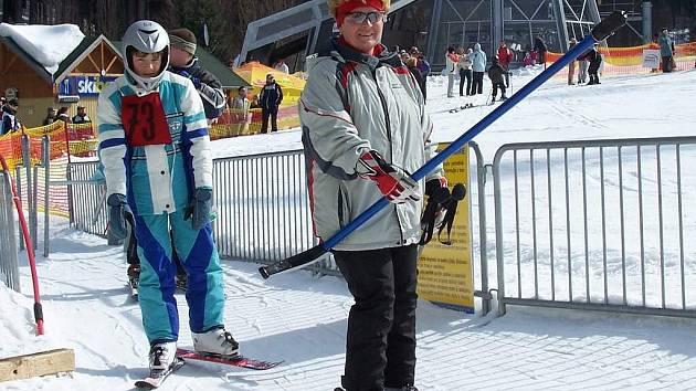 LYŽAŘI SE UŽ NEMOHOU DOČKAT. Loňská lyžařská sezóna byla krátká. Všichni lyžaři proto netrpělivě čekají až napadne víc sněhu, aby se mohli věnovat svému koníčku.