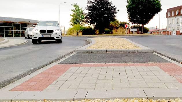 Chodník a cyklostezka spolu s ostrůvky pro chodce přibyly v chebské čtvrti Dolní Dvory.