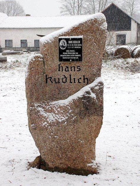 Detail pomníku Hanse Kudlicha v Horním Žandově