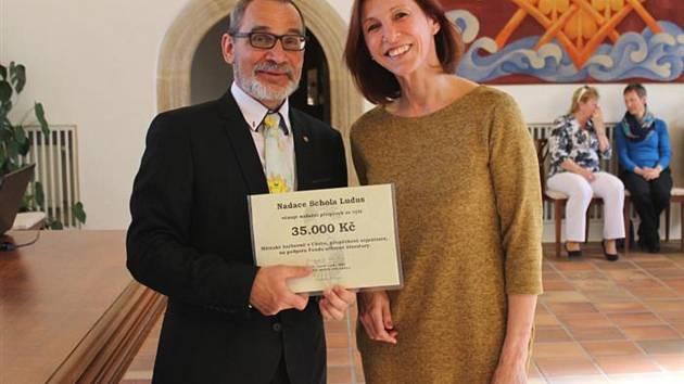 Symbolický šek předal ředitelce Městské knihovny v Chebu Martině Kuželové člen správní rady nadace a starosta Zdeněk Hrkal.