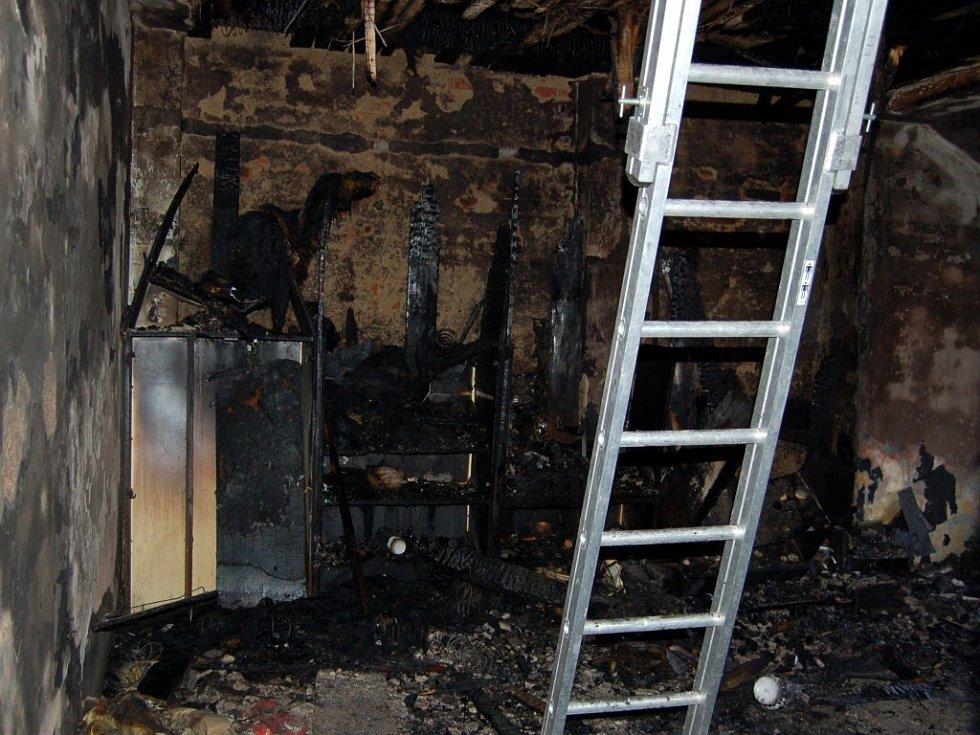 Ohněm zničený byt, ve kterém požár vzniknul
