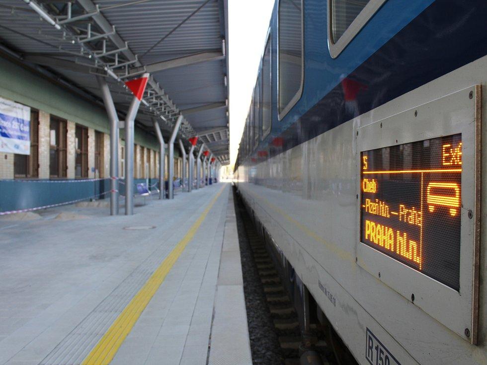 Rekonstrukce chebského nádraží začala v roce 2018. Kvůli stavebním problémům se oprava nástupišť protáhne až do konce letošního září. V tuto chvíli pokračuje sanace podchodů nástupišť. Chystá se spuštění eskalátorů.