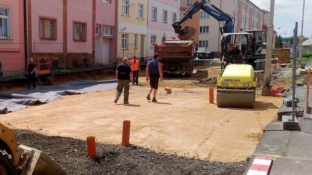 Písečnou ulici opravuje v současnosti stavební firma. Konec prací se prodloužil o měsíc, až na konec července letošního roku.