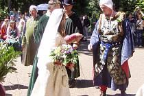 Otec předává svoji dceru Jitku Procházkovou (z Lučice) novomanželovi Pavlovi Nedbalovi (Rousovi z Vochova).