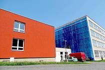 Kompletního zateplení a vyměněných oken za 35 milionů korun se dočkají učitelé a žáci základní školy na chebském sídlišti Skalka.