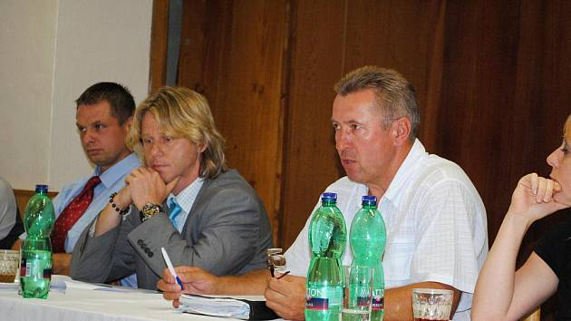 STAROSTA PLESNÉ Petr Schaller (v saku) ustál hlasování zastupitelů o odvolání na rozdíl od místostarosty Josef Kvasničky (v bílé košili).