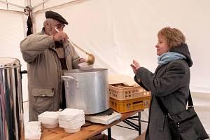 PŘI TŘÍKRÁLOVÉM setkání v Chebu se gulášovou polévkou občerstvili také koledníci.