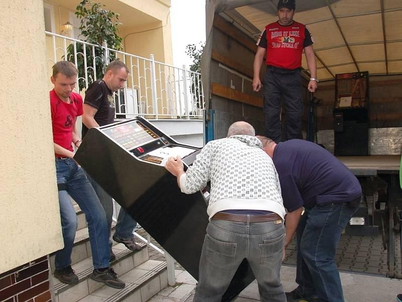 Policie odvezla z jednoho domu ve Františkových Lázních několik herních automatů.