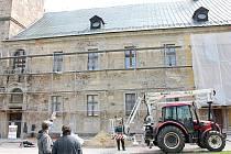 Významný objev. Středověké zdivo se odborníkům podařilo odkrýt při stavebních pracích na barokním křídle kláštera v Teplé.