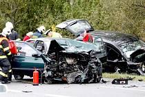 Ve směru na Teplou se střetly dva automobily. Zranilo se pět lidí.