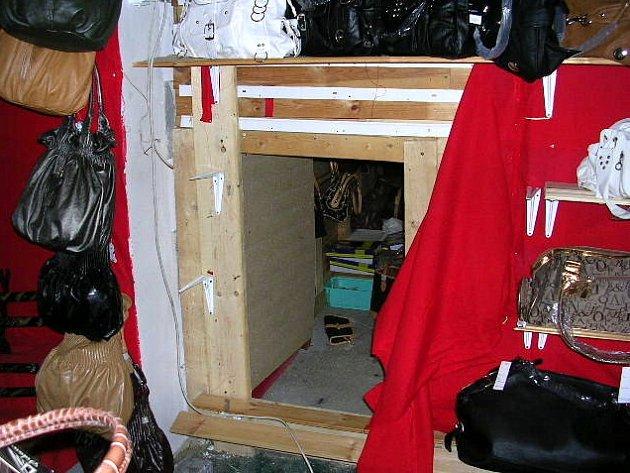 Při kontrole vienamské tržnice ve Svatém Kříži na Chebsku odhalili celníci tajný skladový prostor
