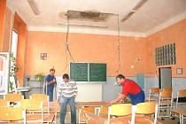 Zřícená část stropu v multimediální učebně chebské základní školy