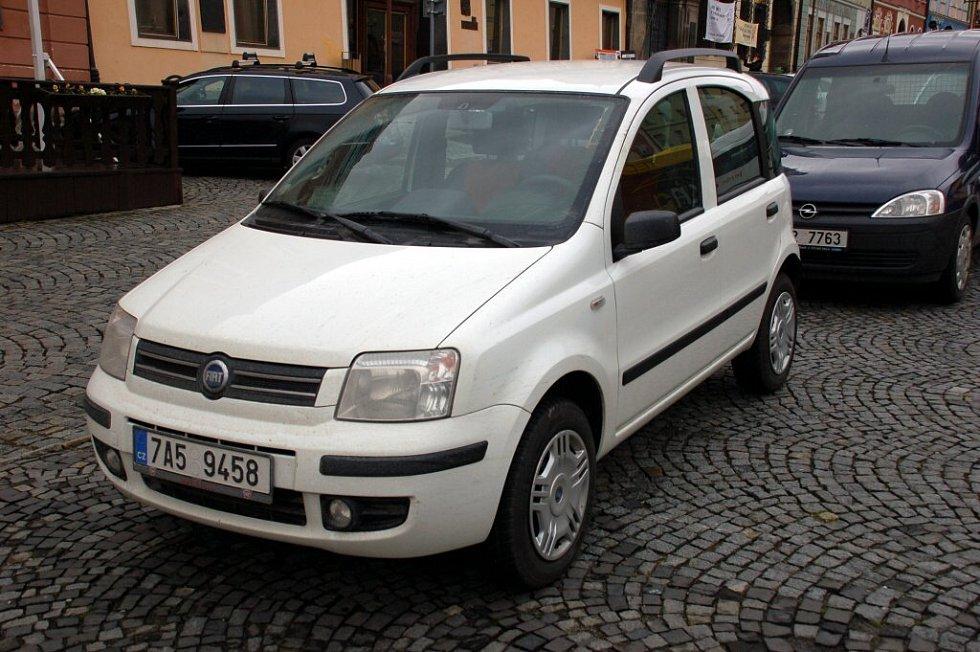 Před chebskou radnicí byla představena vozidla na zemní plyn