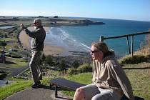 Václav Hanza (na lavičce) zachycuje se svým fotoaparátem také australskou přírodu.