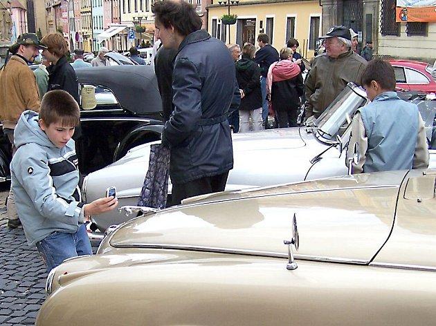 Historická vozidla lákají malé i staré