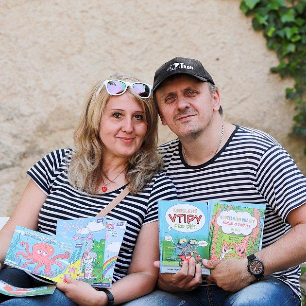 Kreslíř Mirek Vostrý se svou paní Blankou.