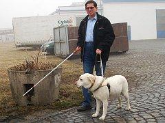 Pětapadesátiletý nevidomý Emil Miklóš z Mariánských Lázní denně dojíždí do Chebu, kde je zaměstnán na telefonní ústředně. Právě jeho a ostatních zrakově handicapovaných občanů se týkají četné výluky v železniční dopravě a rekonstrukce chebské pěší zóny