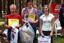 Tři nejlepší ženy. Zleva stříbrná Milada Štecherová, vítězná Markéta Janatová (obě LK Jasan Aš) a třetí Klára Kadlečíková z AC Start Karlovy Vary.