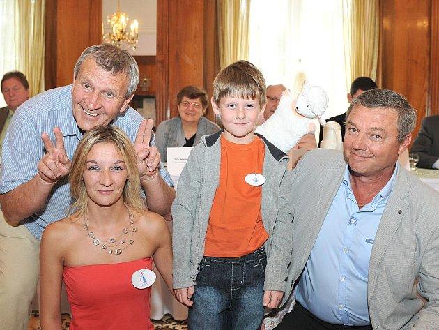 Soutěžící z Aše Monika Maňkošová se synem Honzou, s režisérem Antonínem Vomáčkou a Ing. Viliamem Wachalem (vpravo).
