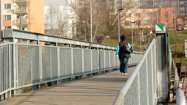 MOST! V současné době ulici Dvořákovu a Truhlářskou spojuje most, který slouží jen pro pěší.