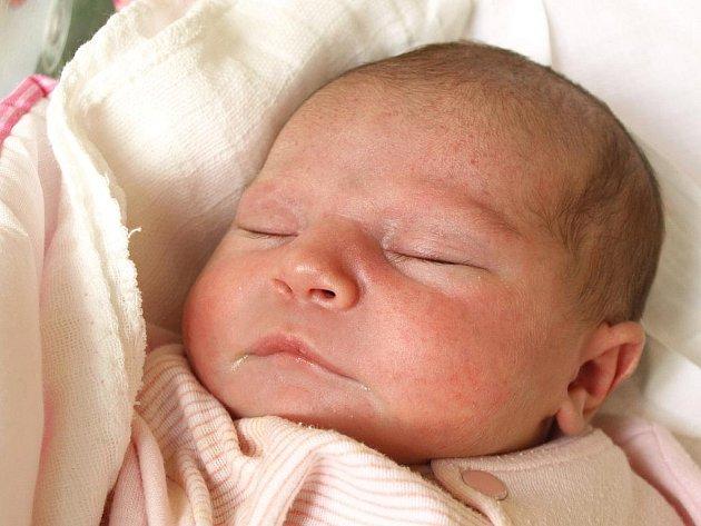 NIKOLA KOŘÍNKOVÁ se poprvé rozkřičela v pátek 13. ledna ve 22.04 hodin. Na svět přišla s váhou 2950 gramů a mírou 46 centimetrů. Z malé Nikolky se těší maminka Nikola a tatínek Zdeněk doma v Aši.