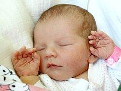 ROZÁLIE KADLECOVÁ se poprvé rozkřičela v neděli 27. května ve 12.18 hodin. Na svět přišla s váhou 3570 gramů a mírou 49 centimetrů. Maminka Kateřina a tatínek Jiří se radují z malé Rozálky doma v Chebu.