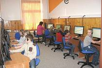 Ani malé školy se nemusejí bát velkých projektů. To vědí i ve Třech Sekerách. Místní základní a mateřská škola tak jako jediná malotřídka v Karlovarském kraji úspěšně realizuje projekt z Operačního programu Vzdělávání pro konkurenceschopnost (OPVK).
