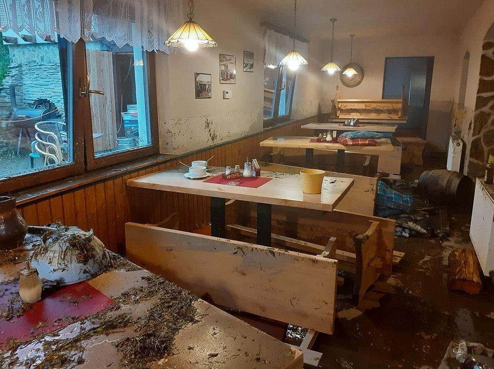 Velká voda vyplavila Restauraci & Penzion Magdalena v Doubravě na Ašsku.