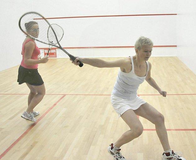 Ve Sportcentru Cheb se sešlo  čtrnáct squashistů a squashistek, aby se na dvou hřištích sportovního stánku utkalo o vítězství na turnaji Bombarďák a Bombarďačka roku.
