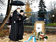NOVOU PAMĚTNÍ desku evangelického hřbitova v Aši posvětili duchovní také z místního kostela.