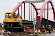 PŘEDMONTÁŽ OCELOVÉ konstrukce trvala přibližně čtyři měsíce, osazení mostu do definitivní polohy zabere tři dny.