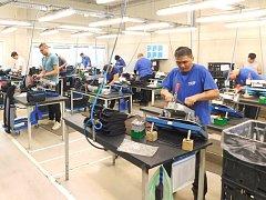 Významný zaměstnavatel v Chebu, který se zabývá výrobou potahů do aut a letadel, společnost Tup Bohemia (na snímku), rozšířila svou výrobu.