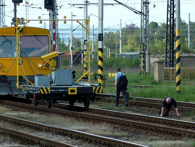 V kolejišti chebského nádraží se neustále pohybuje řada lidí. A ne vždy jsou to jen železničáři