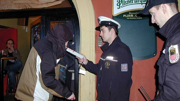 Chebští policisté a strážníci opět kontrolovali místní podniky, zda se v nich nenalévá osobám ladším 18 let