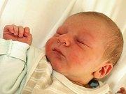 DAVID VEJMOLA bude mít rodném listě datum narození středu 28. dubna. Na svět přišel s váhou 3170 gramů a mírou 51 centimetrů. Doma v Chebu se těší tatínek František na návrat maminky Kristýnky a malého synka Davídka.