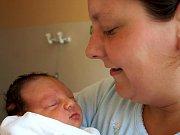 JAKUB GRUBER se narodil v chebské porodnici v neděli 25. dubna ve 21.45 hodin. Při narození vážil 2850 gramů a měřil 46 centimetrů. Doma ve Svatavě se raduje z malého Kubíčka maminka Vlasta spolu s tatínkem Tomášem.