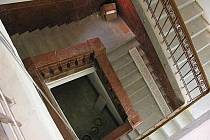 SCHODIŠTĚ s červeným mramorem (při pohledu shora) zůstane v ašské knihovně zachováno beze změn.