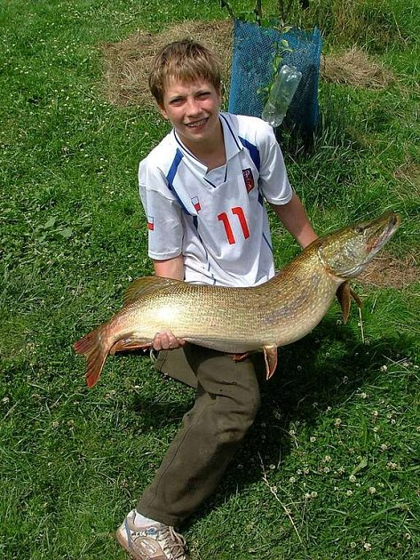 Martin Furička (14 let) a jeho úlovek 113 centimetrů dlouhá štika
