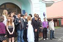 Svatbu nanečisto si vyzkoušeli žáci osmé třídy základní školy ve Velké Hleďsebi.