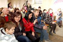 PŘI KONCERTU PRO JAKOUBKA zaplnili Hazlovští prostory místního kostelíka. Mezi přítomnými nechyběl ani ten, komu byla akce věnována, devítiletý Jakoubek (v popředí).